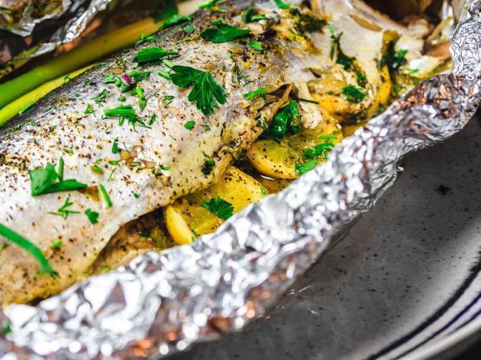 Рыба запеченная в фольге с зеленью