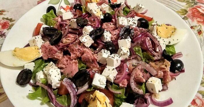 Салат с тунцом чесноком и брынзой