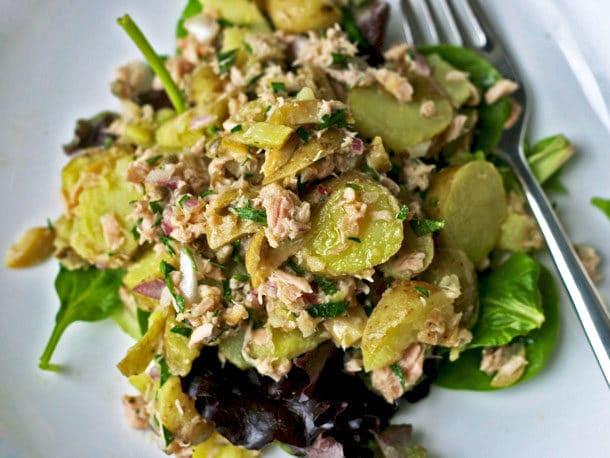 Салат с тунцом и соленым огурцом